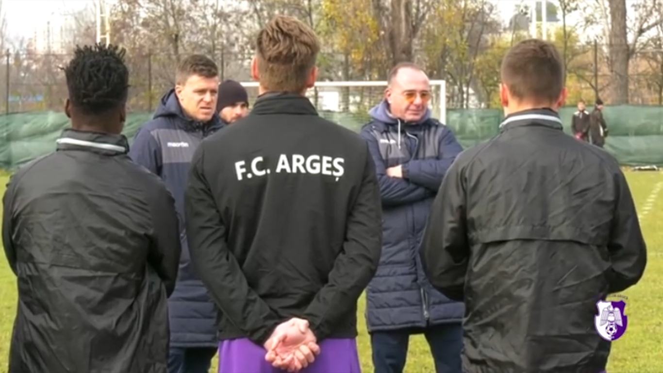 Deoarece Adrian Dulcea nu are licență PRO, specifică pentru antrenorii din Liga 1, antrenor în acte la Campionii FC Argeș va fi Valentin Sinescu (foto, în dreapta).
