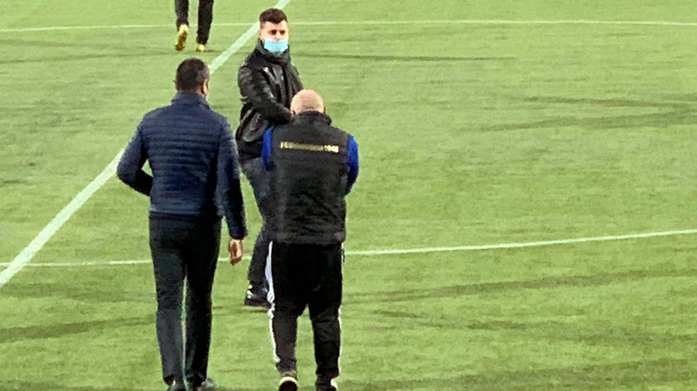 """Adrian Mititelu jr. (foto, cu fața), patronul """"FC U"""" Craiova, l-a avut alături de el în tribună, la meciul cu Concordia Chiajna, și pe """"Poștașu'"""" Ovidiu Mihăilescu (foto, cu spatele, cu părul alb), unul dintre liderii galeriei Peluza Sud 1997. Acesta din urmă a strigat pe toată duraja jocului la adresa jucătorilor ambelor echipe și arbitrilor. Amândoi au coborât și pe gazon și au mers spre vestiare, unde n-au fost lăsați să intre."""